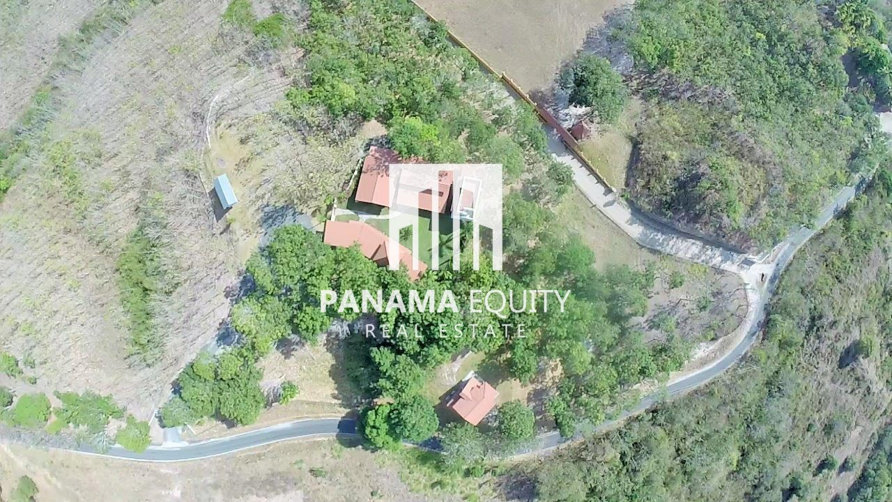 The Hill Villa – Country House in San Carlos on Large lot