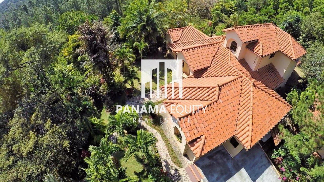Villa Laurel – Massive Spaces and Privacy in Altos del Maria