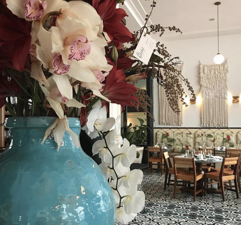 Bellos arreglos complementando Dining Room American trade hotel