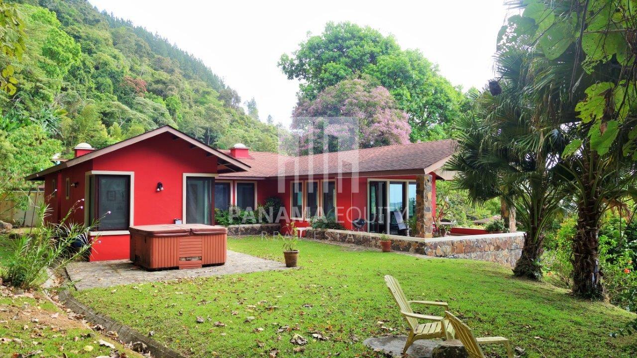 Spacious Residence in Altos del Maria