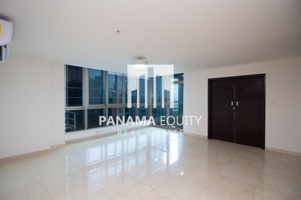 Apartamento en piso alto de dos recámaras con línea blanca en Villa del Mar Avenida Balboa